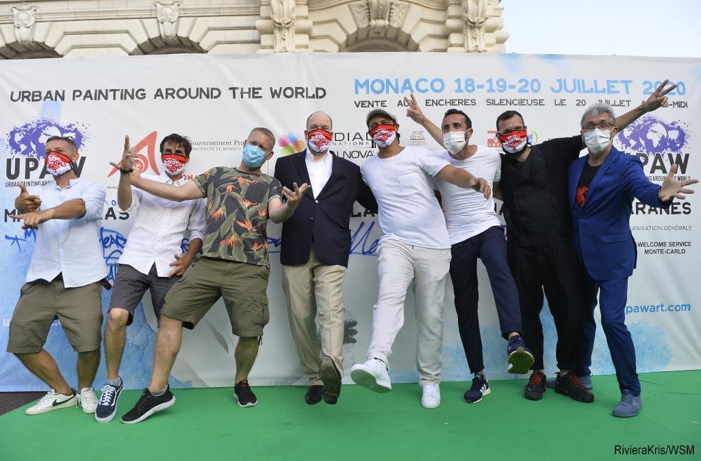 Le Prince Albert II en photo avec l'organisateur de UPAW Alberto Colman et les artistes qui ont participé à l'édition 2020